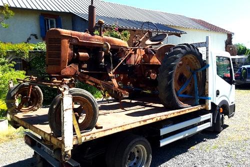 enlèvement d'un vieux tracteur